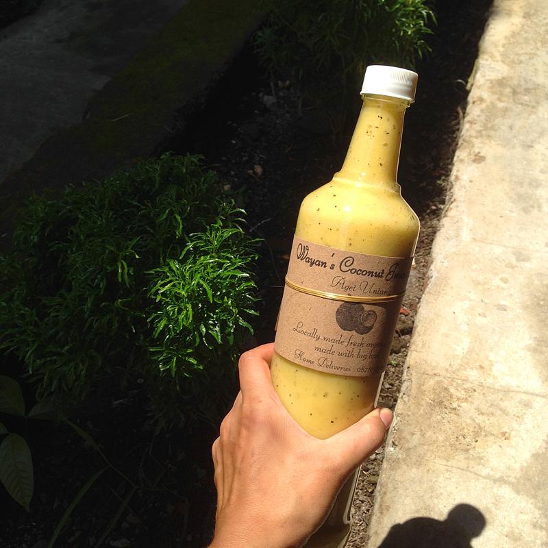 Смузи из кокоса, банана, манго и маракуйи