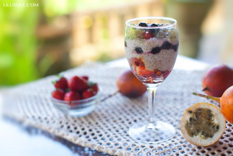 Чиа пудинг с ягодами и маракуйей