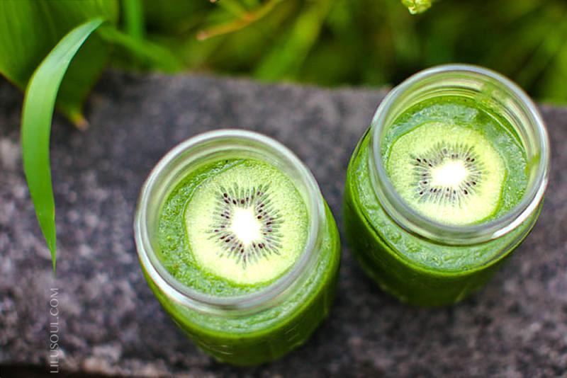 Зеленый смузи с киви